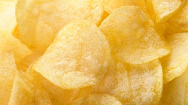 Картофельные чипсы. желтые соленые картофельные чипсы в качестве пищевого фона.