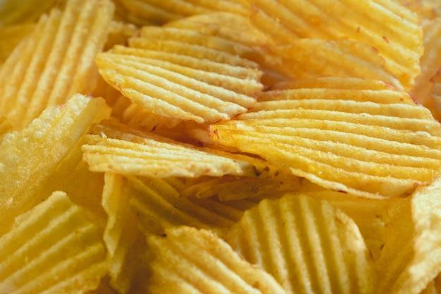 Картофельные чипсы, разбрасывающиеся крупным планом, для текстур или фона