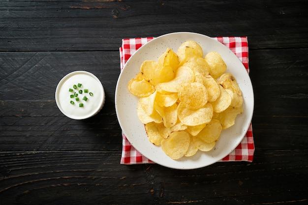 사워 크림 디핑 소스를 곁들인 감자 칩