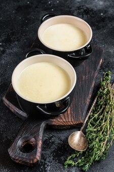 Картофельный крем-суп в мисках на кухонном столе