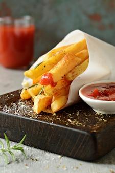 Картофельная еда. картофель запеченный со специями и солью.