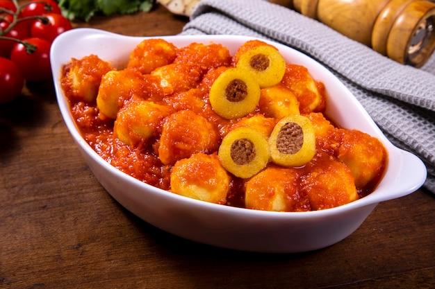 Картофельные ньокки, фаршированные пепперони, с натуральным органическим томатным соусом без пестицидов