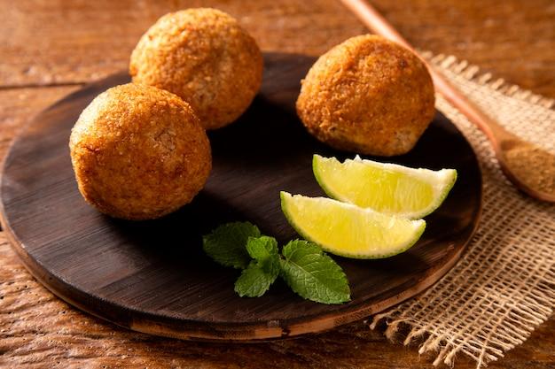 Картофельный киббе - ближневосточная жареная закуска из молотого творога из пшеницы с картофелем. также популярное блюдо для вечеринок в бразилии (кибе).