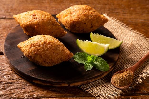 Картофельный киббе - ближневосточный фарш и жареная закуска из пшеницы булгур, приготовленная с картофелем. также популярное блюдо для вечеринок в бразилии (кибе).