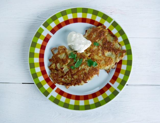 Латкес с картофельными оладьями - традиционно едят евреи-ашкенази во время праздника ханука.