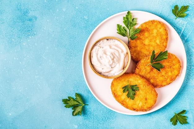 Картофельные оладьи, хэш-браун, вид сверху.