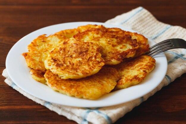 Картофельные оладьи или латке - традиционный рецепт домашней жареной овощной еды. здоровая органическая веганская еда