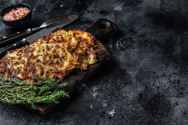 나무 판자에 허브와 소금을 넣은 감자 팬케이크