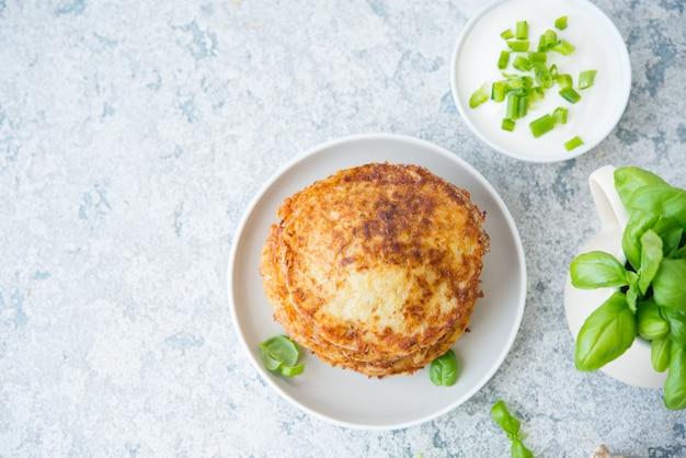 ハーブとサワークリームのポテトパンケーキ、ロシア料理、ベラルーシ料理、上面図、コピースペース