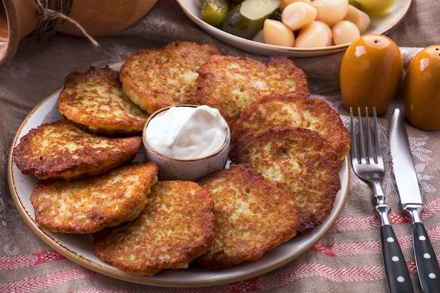 サワークリームとポテトのパンケーキ。ベラルーシの内臓料理。皿の上のドラニキ。
