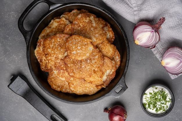 Картофельные оладьи со сметаной вид сверху фото высокого качества