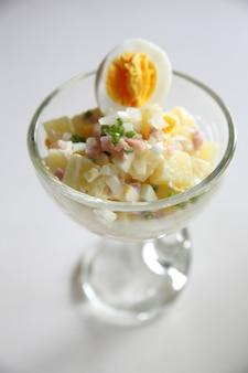 Картофельный салат крупным планом
