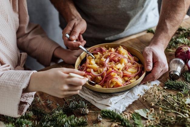 ポテトサラダは、フォークで粘土板から食べられます。