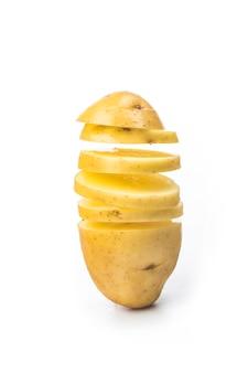 Ломтики картофеля превращаются в чипсы, изолированные на белом фоне