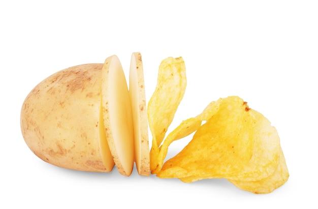 감자 조각 흰색 배경에 고립 된 칩으로 변하는