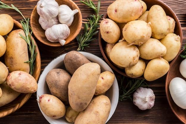 Картофель и чеснок в мисках
