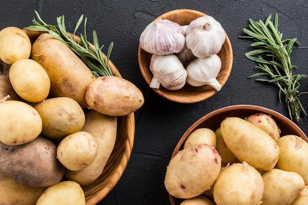 Картофель и чеснок на столе