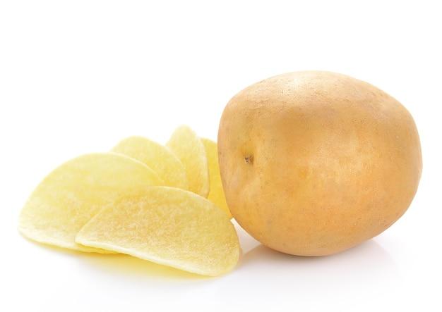 흰색 표면에 감자 칩