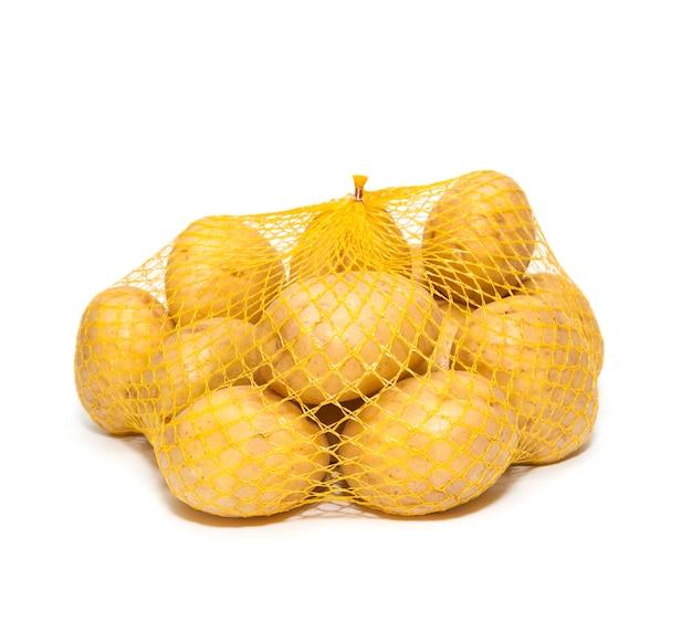 白い背景で隔離のパッケージで新鮮なジャガイモ