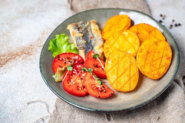 Картофель жареная рыба морепродукты свежие готовые к употреблению закуска на столе копия пространства еда фон