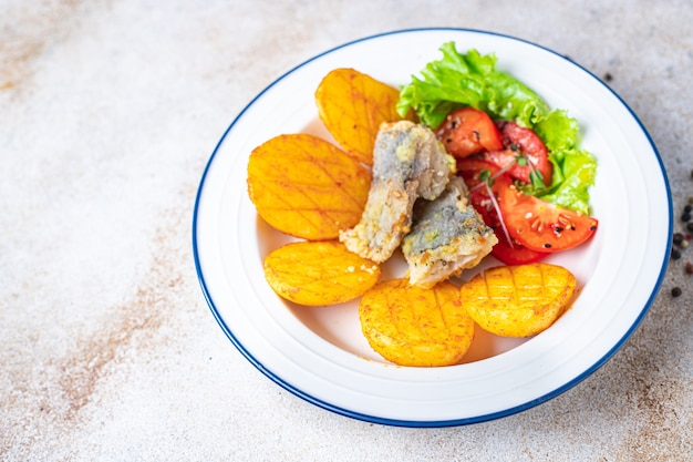 ポテトフライドフィッシュシーフード新鮮な食事の準備ができてテーブルの上の食事スナックコピースペース食品の背景