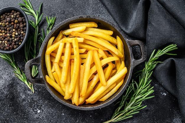 Картофель фри, картофель фри с розмарином на сковороде