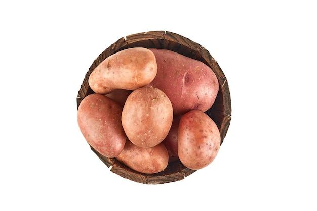 木製のバケツの中のジャガイモ。