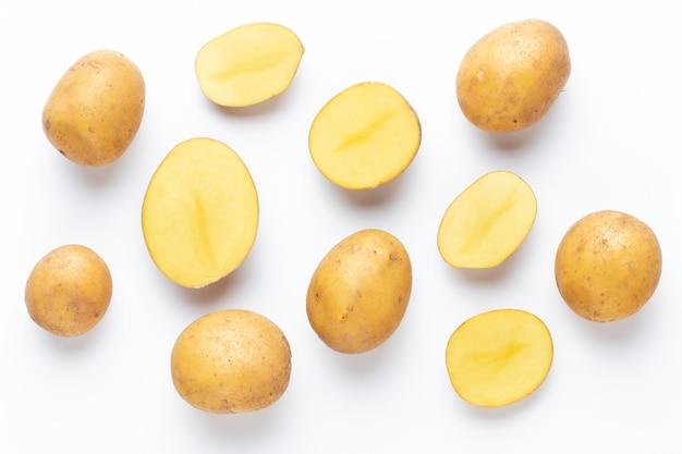 白い背景に分離されたジャガイモ。フラットレイ。上面図。