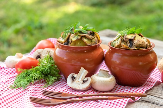 牛肉ときのこをオーブンで土鍋で焼いたジャガイモ。