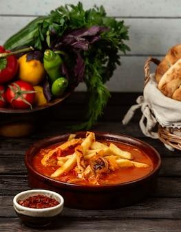 ジャガイモとチキンのソース、木製テーブル