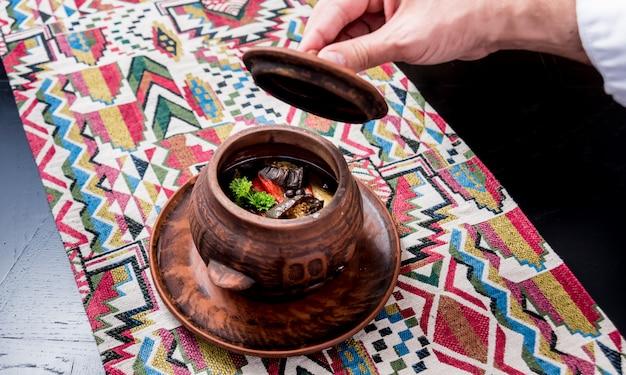 Картофель с мясом и овощами в глиняном горшочке. грузинская национальная кухня.