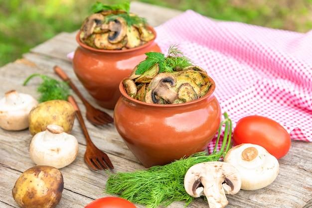 Картофель с грибами и зеленью в деревне.