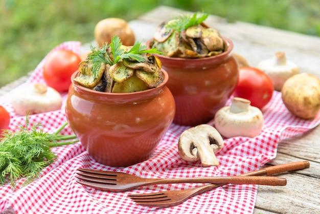 Картофель с грибами в глиняном горшочке