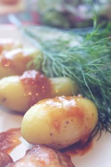 소스 장식 감자