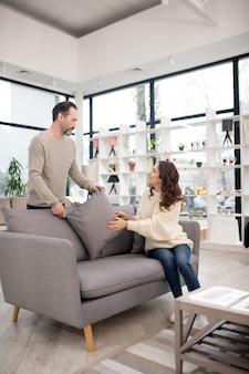 Потенциальные покупатели с нетерпением ждут в мебельном салоне