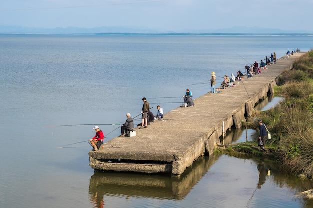 Поти, грузия - 29.04.2018: рыбаки на озере палиастоми.