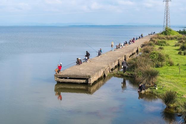 Поти, грузия: рыбаки на озере палиастоми.