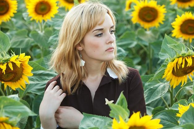 外の美しいブロンドの髪の女の子のpotrait