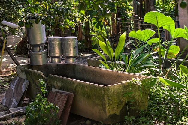 도미니카 공화국의 소박한 농장에 있는 판잣집에 있는 냄비