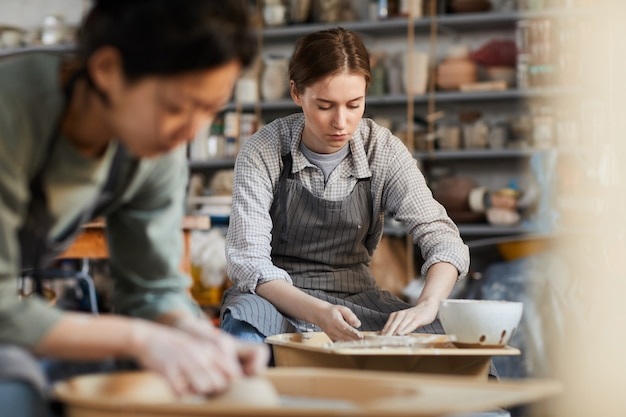仕事に集中する陶工