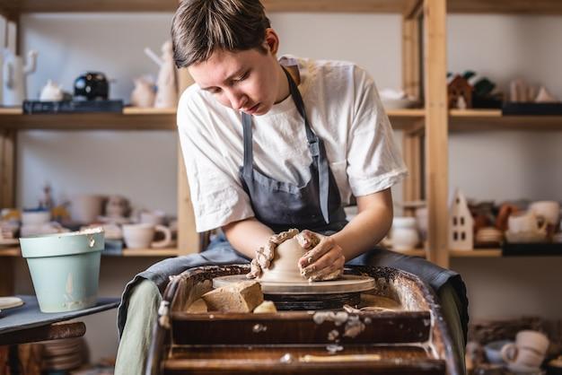 Поттер работает на гончарном круге, делая вазу