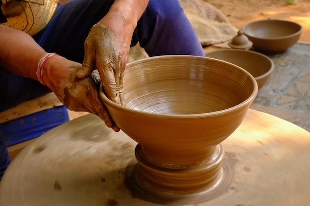 陶器-ろくろで粘土を形作る陶工の熟練したぬれた手