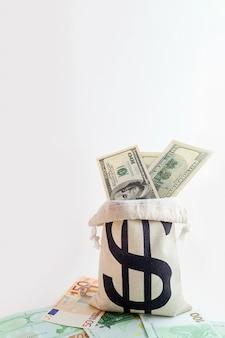 ドル紙幣とユーロ紙幣にドル記号が付いたポーチ