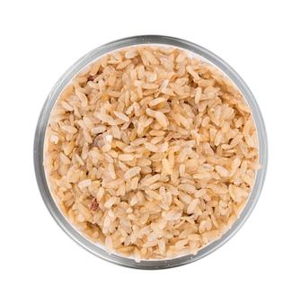 Измельченный незрелый рис в миске на белой поверхности