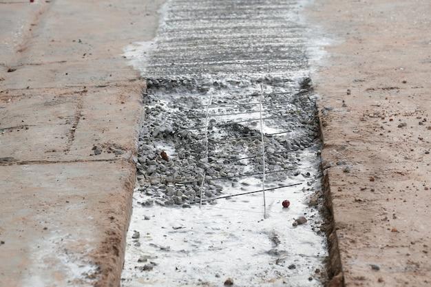 Залить бетонный трубопровод на проселочной дороге.