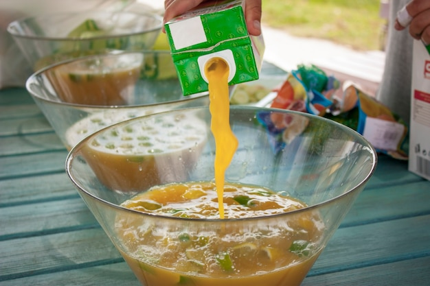 ガラスのボウルにフルーツジュースを注ぎます。カクテルの準備。