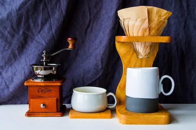 コーヒーメーカー、コーヒーカップ、マグカップ、スタジオ撮影に注ぐ