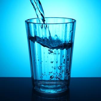 ガラスに水を注ぐ