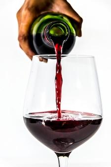 Наливает стакан красного вина
