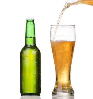 흰색 배경에 고립 된 병에서 맥주를 붓는